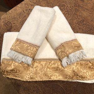 Decorative bath towel set